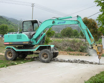 China good quality 360 degree rotation 4 wheel drive wheel digger with breaker hammer factory