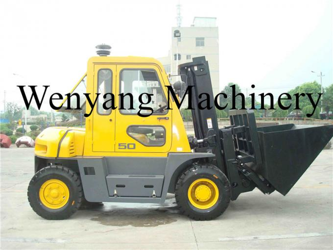 China made forklift attachments dumping bucket  mounted on 5ton diesel forklift truck with cab